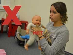 Распространённые ошибки родителей при ношении ребёнка на руках